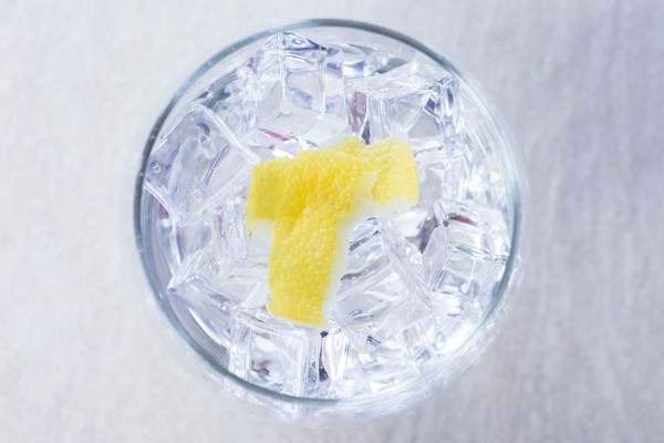 Fotos detalladas de la preparación de un Gin Tonic - paso 17